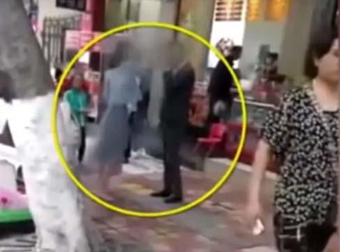 गर्लफ्रेंड ने बीच सड़क पर ब्वाय फ्रेंड को मारे 52 थप्पड़, गिफ्ट न देने से नाराज थी गर्लफ्रेंड, देखें VIDEO