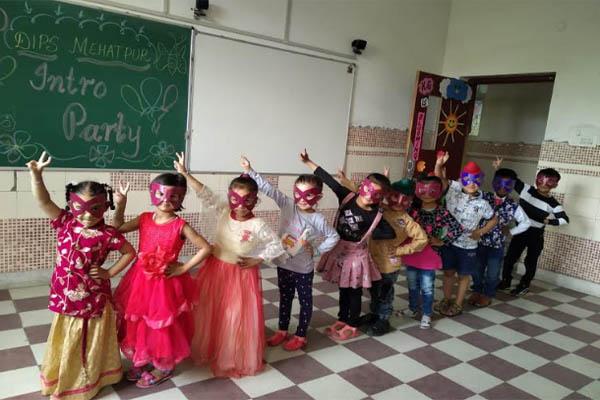 डिप्स मेहता तथा लख्खन के पड्डे में 'एंड वी ट्विस्ट' डांस पार्टी आयोजित, विद्यार्थियों ने बढ़ चढ़ कर लिया भाग