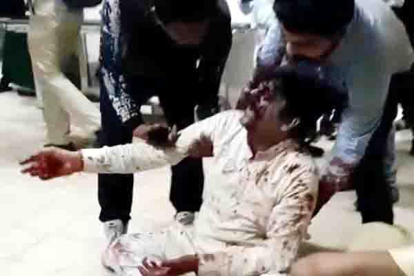 सिविल अस्पताल में मचा हंगामा, हाथापाई के बाद स्टाफ सहित धरने पर बैठे डॉक्टर, कामकाज ठप