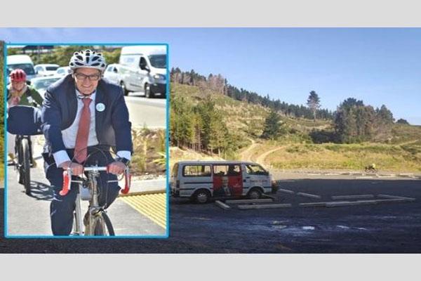 न्यूजीलैंड के स्वास्थ्य मंत्री को बीच पर साइकिल चलाना पड़ा महंगा, देना पड़ा इस्तीफा