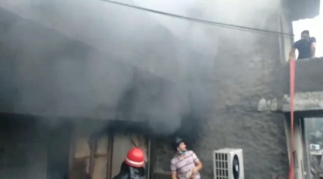 जालंधर के बस्ती गुजां में दिलबाग स्वीट्स में लगी भीषण आग. पूरी दुकान हुई जलकर राख