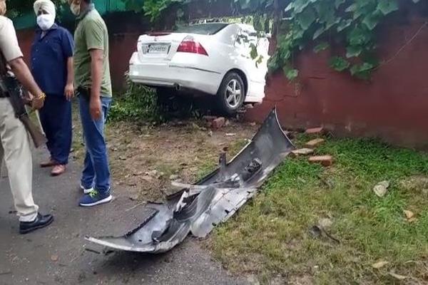 चंडीगढ़ में दिखा तेज रफ्तार का कहर, IAS अधिकारी के घर की दीवार तोड़ जा घुसी कार, चार लोग घायल