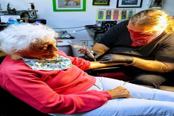 वाह रे दादी! अस्पताल से निकलते ही हाथ पर बनवाया मेढक का टैटू, बाइक पर ली राइड
