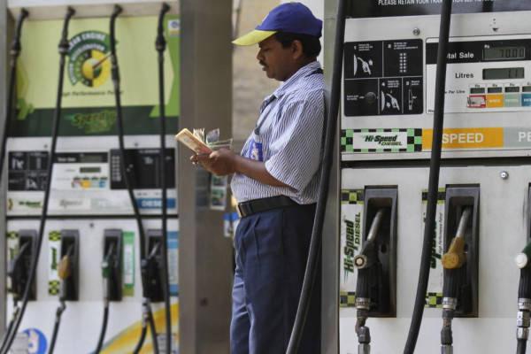 डीजल की कीमतों में हुई कटौती, लेकिन पेट्रोल के दाम फिर बढ़े, जानें ताजा रेट