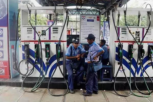 एक बार फिर पेट्रोल-डीजल के दामों में बढ़ोतरी, इस तरह जानें अपने शहर का भाव