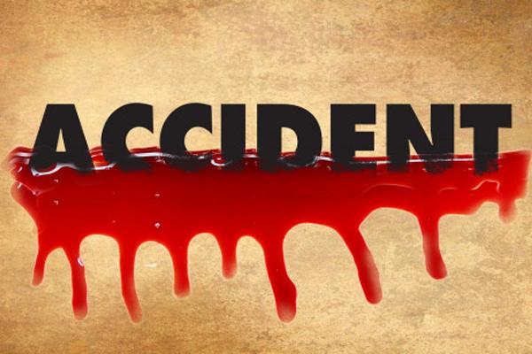 पंजाब में भयानक हादसा, सड़क किनारे खड़े ट्रक से कार टकराने पर मां समेत 2 युवकों की मौत- पिता की हालत गंभीर