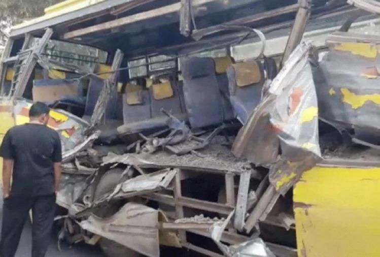 बड़ा हादसा: गर्म राख से भरा ट्रॉला स्कूल बस पर पलटा, विद्यालय जा रहे 3 शिक्षकों की दर्दनाक मौत- छह घायल