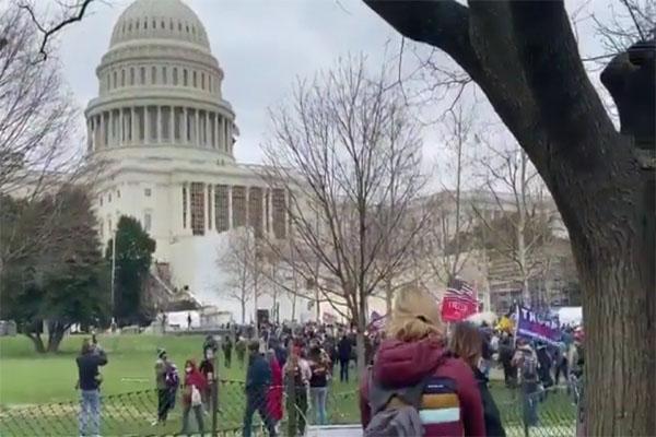 अमेरिका में मचा बवाल, यूएस कैपिटोल में घुसे ट्रंप समर्थकों और पुलिस में हुई झड़प में 4 लोगों की मौत- देखें मौके की VIDEOS
