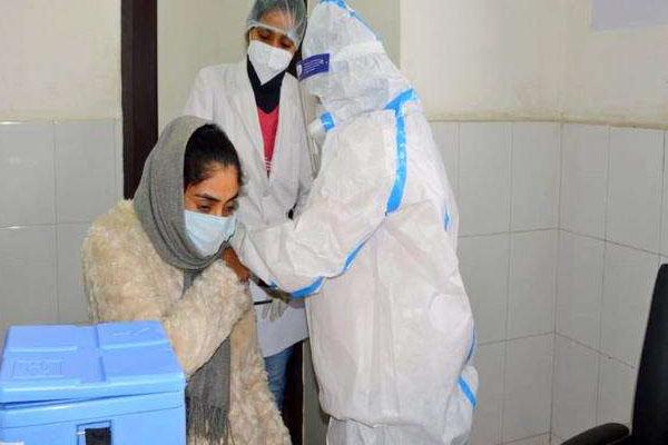 जालंधर में डॉ. कश्मीरी लाल को लगा पहला टीका, आज कुल इतने स्वास्थ्य कर्मियों को दी गई पहली खुराक