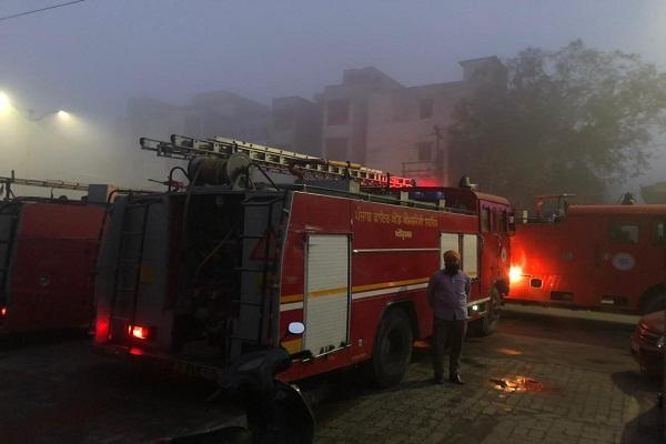 अमृतसर में बस अड्डे के सामने इमारत में लगी भयंकर आग, कई KM दूर तक दिखाई दी लपटें