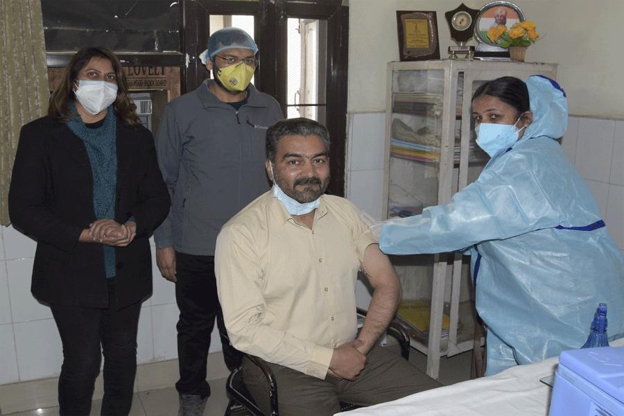 जालंधर: PAP की 7वीं बटालियन के कमांडेंट सहित 100 पुलिसकर्मियों को लगा कोविड का टीका