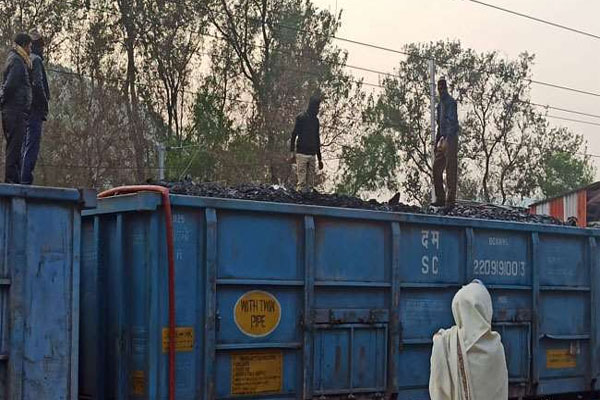 कोयले से भरी मालगाड़ी में लगी भयंकर आग, रेल कर्मियों की तत्परता से बड़ा हादसा टला