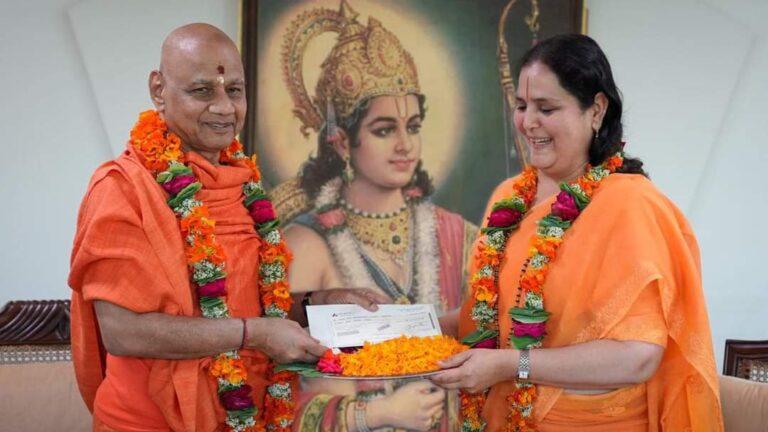 संत आनंद मूर्ति गुरुमां ने श्रीराम मंदिर निर्माण के लिए दिए 1 करोड़ रुपए, श्रीराम जन्मभूमि तीर्थक्षेत्र ट्रस्ट के कोषाध्यक्ष स्वामी गोविंद देव गिरी जी को सौंपा चेक