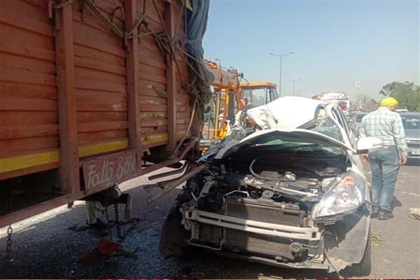 जालंधर में खड़े कैंटर से जा टकराई तेज रफ्तार कार, चालक को झपकी लगने के कारण हुआ हादसा