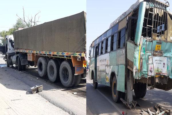 पंजाब रोडवेज की बस और ट्राले में जबरदस्त टक्कर, वाहन बुरी तरह क्षतिग्रस्त- कई यात्री घायल