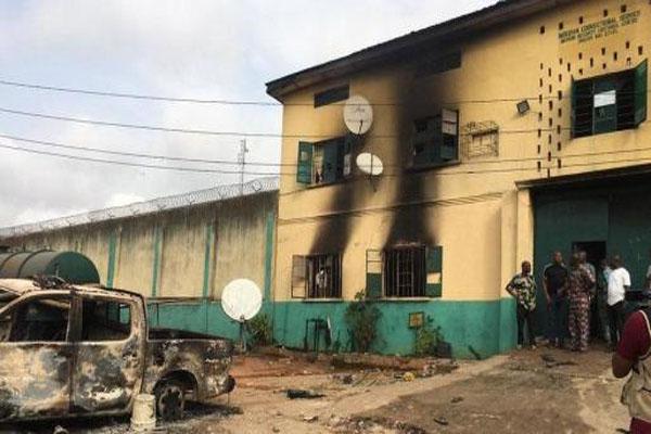 इस देश की जेल पर हुआ हमला, एक साथ 2 हजार कैदी फरार होने में कामयाब- सरकारी इमारतों को पहुंचाया नुकसान- दो शहरों में कर्फ्यू