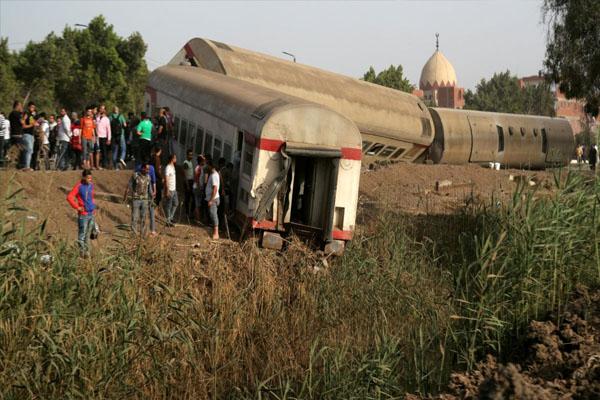 भयानक हादसाः ट्रेन के 8 डिब्बे पटरी से उतरे, मची चीख पुकार- 11 लोगों की मौत, 90 से ज्यादा घायल (देखें मौके की तस्वीरें)