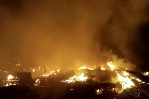 भीषण आग में जलकर राख हुई 50 झुग्गियां, इलाके में हड़कंप- दो घंटे बाद पाया जा सका काबू