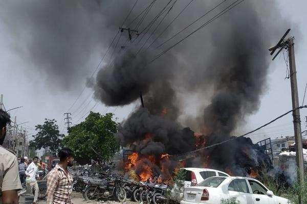 लुधियाना में बस की टक्कर से ट्रैक्टर बिजली के खंभे से टकराया, थाना परिसर में खड़े वाहन जलकर राख
