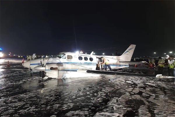 टेक ऑफ के बाद जमीन पर आ गिरा विमान का पहिया, देखें Video में फिर आगे क्या हुआ..