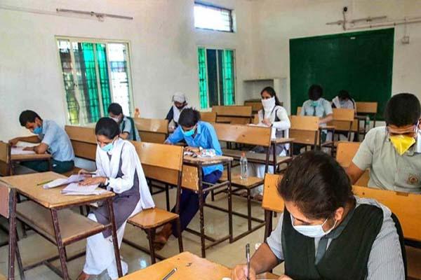 पंजाब में मासूमों संग खिलवाड़, लॉकडाउन में बंद के बावजूद सरकारी स्कूल में बिना मास्क पढ़ाती मिली अध्यापिका