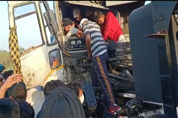 जालंधर हाईवे पर दो कैंटरों में जबरदस्त भिड़ंत, वाहन बुरी तरह क्षतिग्रस्त- देखें तस्वीरें