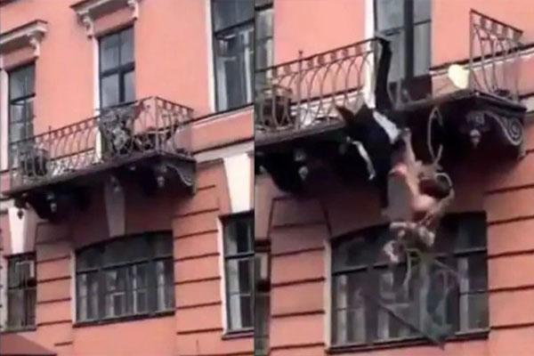 हाथापाई के दौरान बालकनी से 25 फीट नीचे गिर पड़ा कपल, देखें कैमरे में कैद LIVE VIDEO