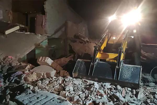 बड़ा हादसा: खाना बनाते समय सिलेंडर फटने से जमींदोज हुए दो मकान, मलबे में दबने से 8 लोगों की दर्दनाक मौत- रेस्क्यू ऑपरेशन जारी