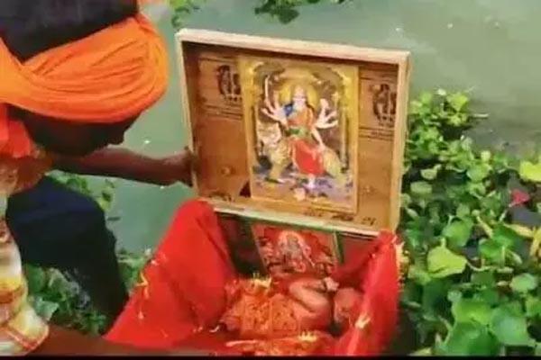 दिल दहला देने वाली घटना आई सामने, गंगा में बहते लकड़ी के बक्से में मिली मासूम बच्ची, चुनरी में लिपटी नवजात के साथ कुंडली भी थी