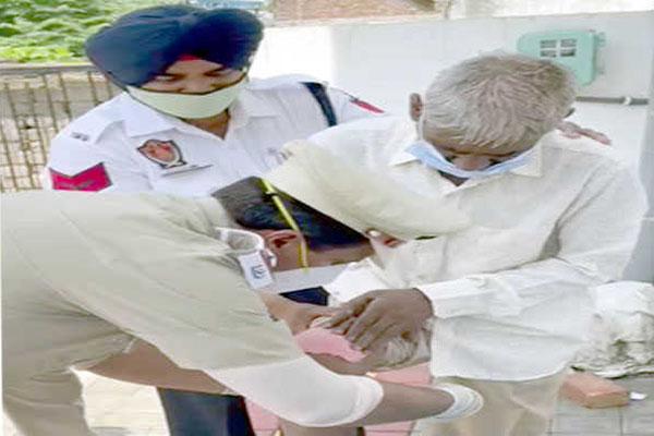 लुधियाना में ट्रैफिक पुलिसकर्मी ने संवारी चोटिल बेरोजगार अधेड़ की जिंदगी, सोशल मीडिया पर खूब हो रही तारीफ