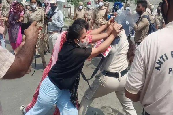 बेरोजगार शिक्षकों पर पंजाब पुलिस ने बरसाई लाठियां, महिलाओं को हिरासत में लिया गया