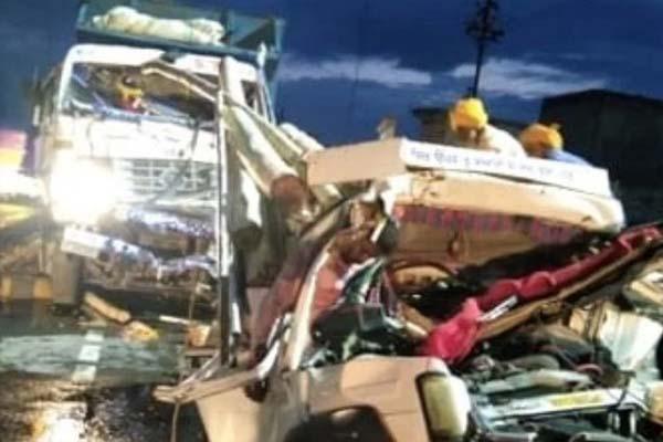पंजाब में दो टिप्परों के बीच फंसी लकड़ी से भरी गाड़ी, खतरनाक हादसे में 3 युवकों की दर्दनाक मौत