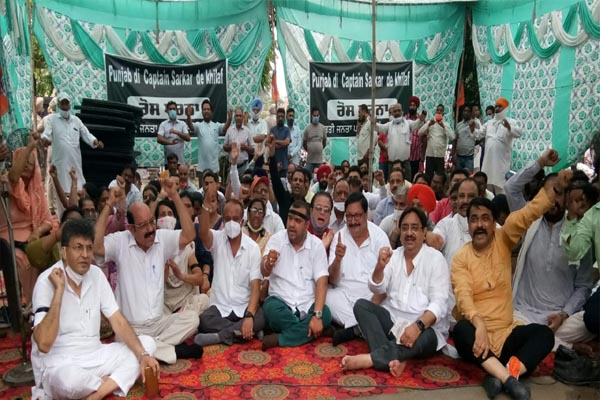 पंजाब सरकार के खिलाफ भाजपा नेताओं ने किया डीसी दफ्तर का घेराव, राजपुरा में कार्यकर्ताओं पर हुए हमले के लिए कैप्टन को ठहराया दोषी