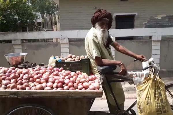सब्जियां बेचकर रोजी-रोटी कमा रहे इस 100 वर्षीय शख्स के लिए कैप्टन अमरिंदर ने किया बड़ा ऐलान