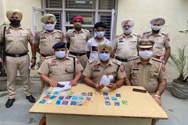 जालंधर में दोमोरिया पुल से 8 नशीले इंजेक्शन समेत व्यक्ति गिरफ्तार, अलग-अलग बैंकों के 28 ATM Card भी बरामद