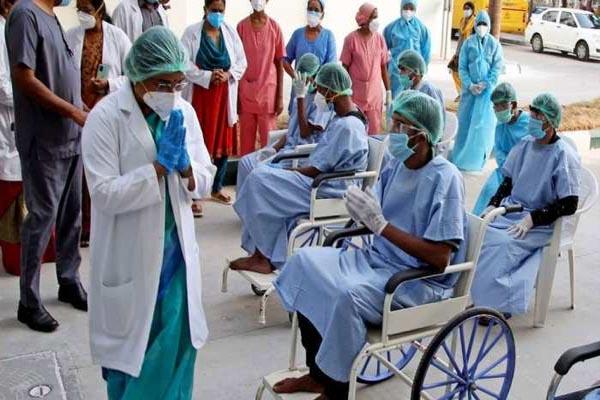 दोनों डोज लगवाने के बावजूद 2 कोरोना वेरिएंट से एक साथ संक्रमित हुई लेडी डॉक्टर, भारत में पहला ऐसा मामला!