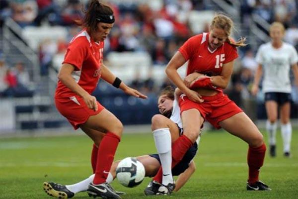 दुनिया की सबसे बेरहम महिला फुटबॉलर! मैच के दौरान खूब चलाए लात-घूंसे- VIDEO देख चौंक जाएंगे आप