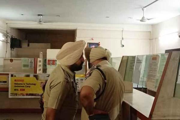 You are currently viewing जालंधर में दिनदहाड़े मन्नापुरम गोल्ड लोन कंपनी के दफ्तर में लूट, रिवाल्वर की नोक पर इस तरह दिया वारदात को अंजाम- देखें CCTV फुटेज