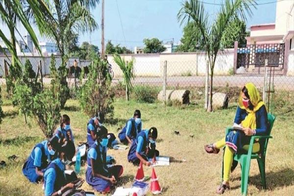 अनोखी पहल: कोरोना ने स्कूलों में लगवाया ताला तो अब बगीचों में क्लास ले रहे हैं शिक्षक