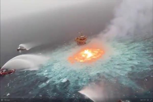 जब समुद्र के बीचो-बीच धधकने लगी आग, देखें सोशल मीडिया पर तेजी से वायरल हो रहा ये VIDEO