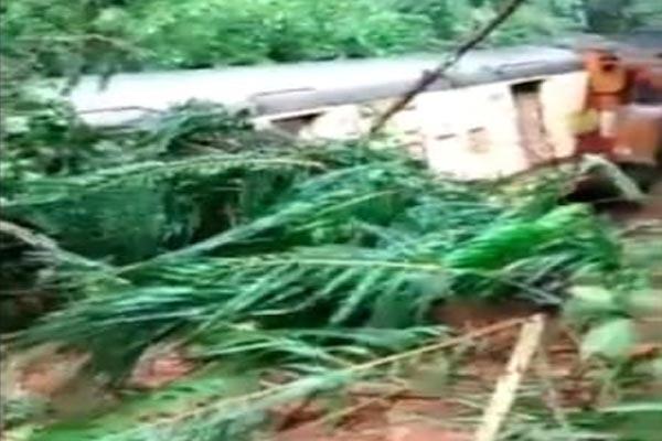 You are currently viewing भारी बारिश से हुए भूस्खलन में दब गई पूरी ट्रेन, Video में देखें कैसा हो गया हाल