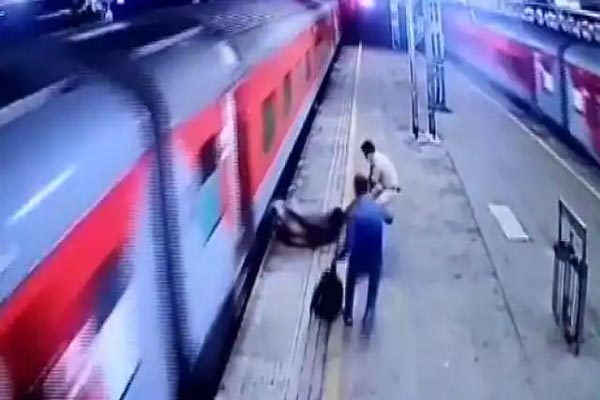 चलती ट्रेन से गिरा शख्स, RPF जवान ने ऐसे बचाई जान, देखें VIDEO