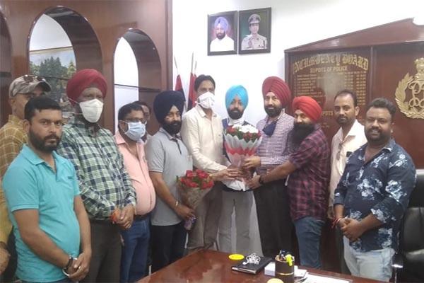 Read more about the article Digital Media Association® (DMA) के पत्रकारों ने फूलों का गुलदस्ता भेंट कर किया पुलिस कमिश्नर डॉ सुखचैन सिंह गिल का स्वागत