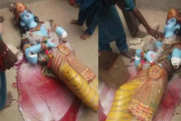 Read more about the article पाकिस्तान में फिर मंदिर पर हमला, जन्माष्टमी के दिन उपद्रवी भीड़ ने तोड़ी भगवान कृष्ण की मूर्ति