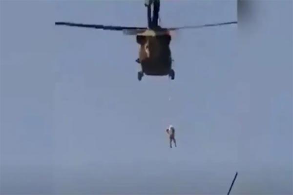 Read more about the article अमेरिकी सेना के मददगार को तालिबान ने दी खौफनाक सजा, हेलिकॉप्टर से शव लटकाकर शहर में घुमाया- देखें दिल दहला देने वाला ये Video