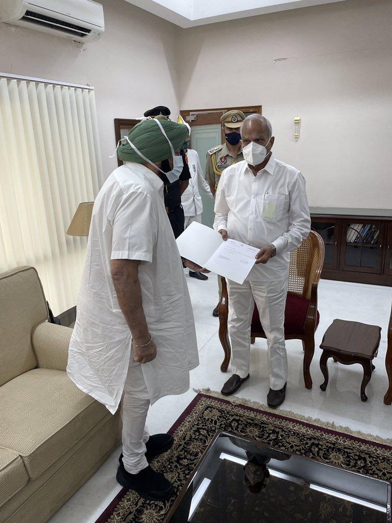 You are currently viewing तख्ता पलट : मुख्यमंत्री कैप्टन अमरिंदर सिंह ने दिया पद से इस्तीफा. जल्द ही छोड़ सकते कांग्रेस पार्टी