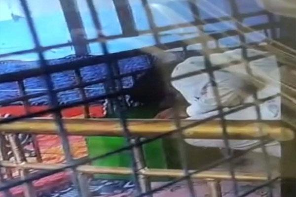 Read more about the article शर्मनाक: ग्रंथी ने ही गुरुद्वारा साहिब की गोलक से चुराए पैसे, घटना CCTV में कैद
