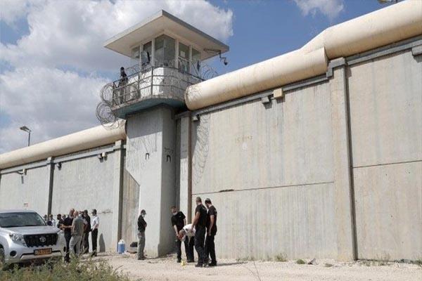 Read more about the article फिल्मी स्टाइल में चम्मच से खोद डाली सुरंग और जेल से फरार हुए छह खूंखार कैदी, किसी को नहीं लगी भनक- देखें VIDEO