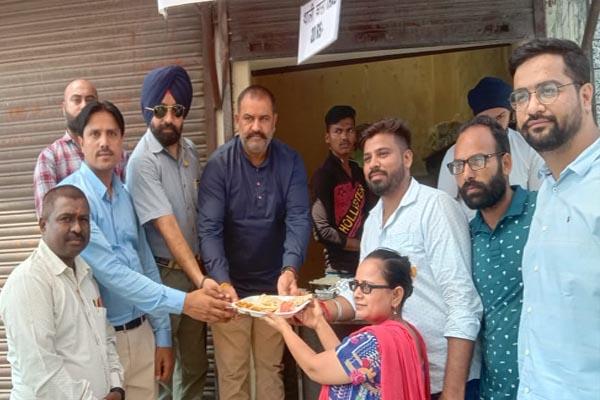 Read more about the article जालंधर में महंगाई के दौर में खाएं 20 रुपये में भरपेट खाना, इस संस्था ने की शुरुआत