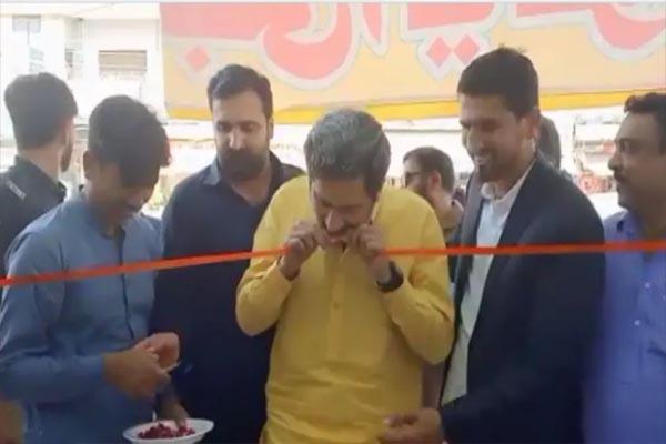 Read more about the article कैंची से नहीं कटा रिबन तो मंत्री जी ने दातों से काट दिया, देखें ये Viral VIDEO